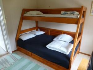 Sovrum med familjesäng Klämmesbo